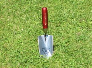 Pflanzkelle der Firma Jung ist durch Ihre hohe Stabilität und ihren scharfen Anschliff auch für härtere Böden geeignet. Auch kleine Wurzeln stellen kein Problem da.